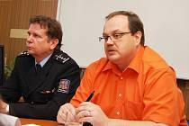 Vedoucí hospodářské kriminálky Martin Nýdrle (vpravo) a Vladimír Pešek, vedoucí územního odboru Louny PČR na tiskové konferenci v Lounech