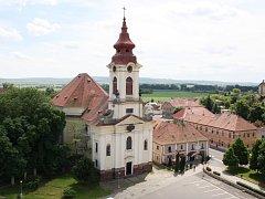 Náměstí a kostel v Postoloprtech.