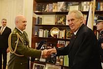 Prezident Miloš Zeman propůjčil s účinností od 1. února hodnost brigádního generála plukovníkovi gšt. Romanu Náhončíkovi.