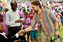 Martin Štross na návštěvě mezi dětmi v ugandském městě California.