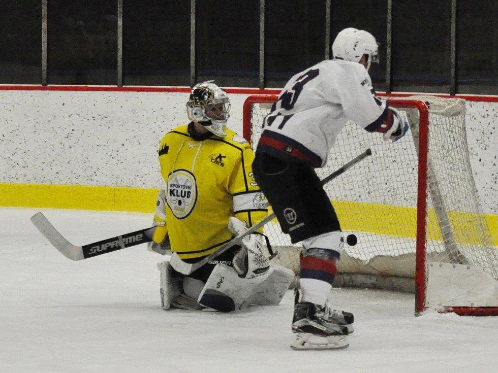 První semifinálové utkání přineslo drama až do samotného závěru. Slovan Louny (v bílém) si připsal první výhru až po nájezdech.