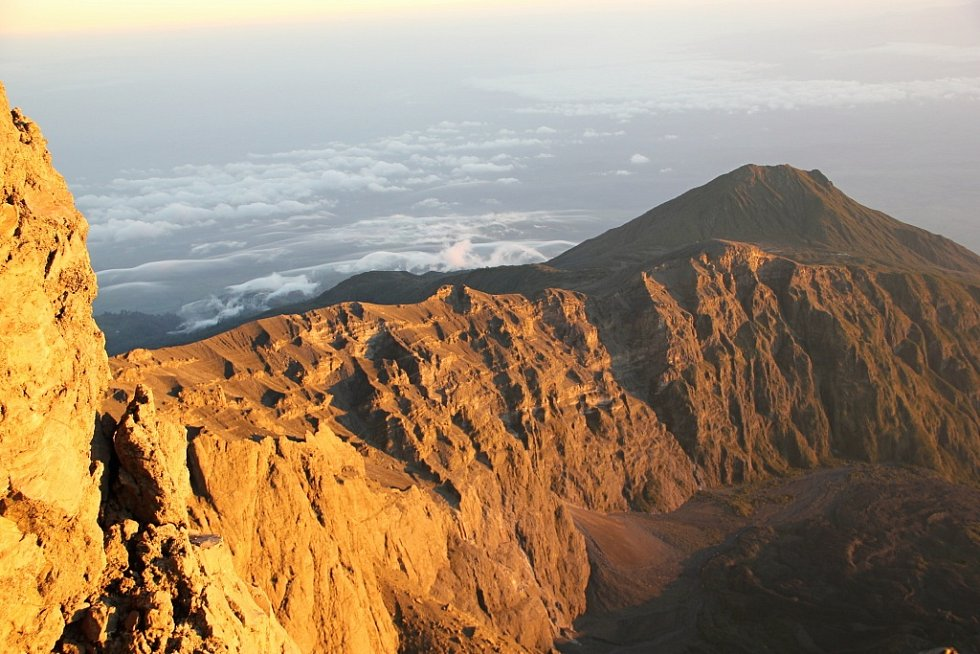 Na vrcholu Mount Meru stanuli cestovatelé za rozbřesku