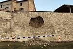 Poškozené hradby v Lounech