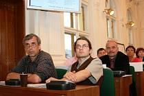 Bořek Zasadil, Michael Straka, Radovan Šabata (vpředu zleva) a další zastupitelé na pondělním jednání v Lounech.  Nahoře je část tabule drahého hlasovacícho zařízení.
