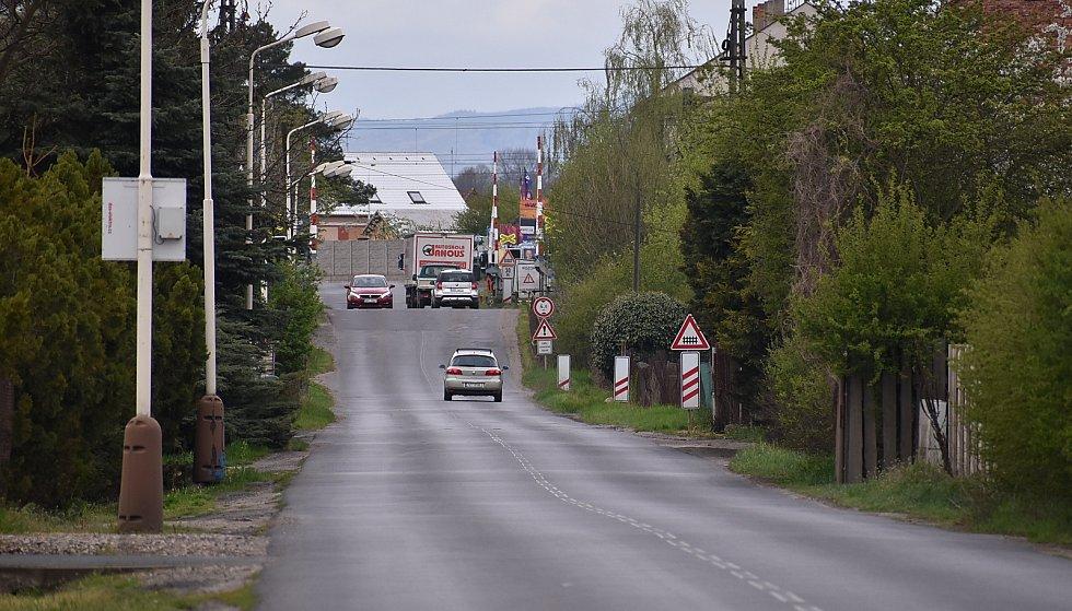 K rychlé jízdě svádí řidiče také rovný úsek Staňkovické ulice u závor.