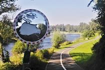 Rozbité dopravní zrcadlo v zatáčce u řeky na cyklostezce v Žatci. Zrcadla tohoto typu stojí přibližně deset tisíc korun.