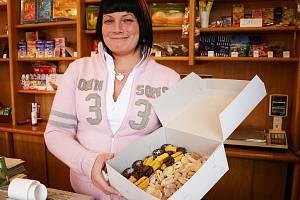 Simona Volfová z lounské cukrárny ukazuje různé druhy vánočního cukroví, které si zájemci u nich mohou před svátky koupit.