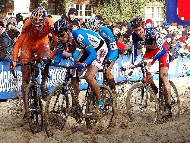 Cyklokros v písku je specialitou hlavně v Belgii, kde i na loňském MS takto bojovali vlevo současný mistr světa v Elite Holanďan Boom s naším Zdeňkem Štybarem.