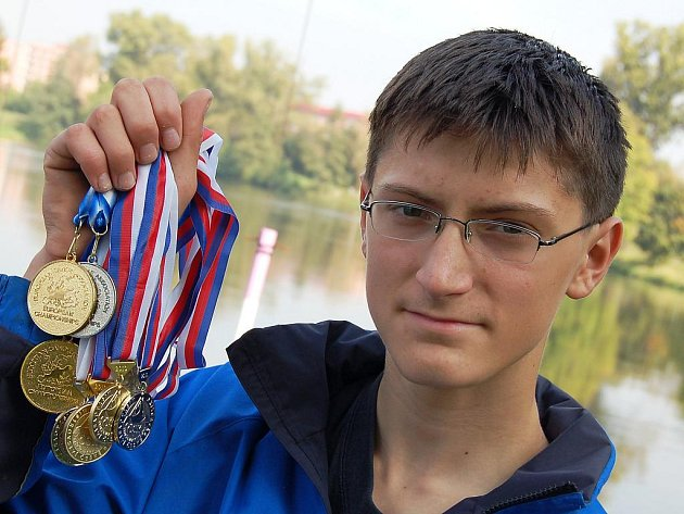 Vladimír Slanina s velkou sbírkou cenných kovů za rok 2010.