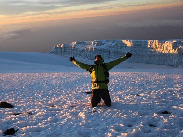 Na vrcholu Uhuru, nejvyššího bodu masivu Kilimandžáro a zároveň celé Afriky