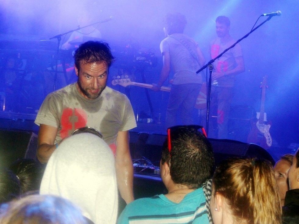 Milan Cais, zpěvák a bubeník Tata Bojs, sešel během vystoupení až k moknoucím fanouškům