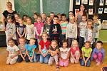 Žáci 1.A ze Základní školy Komenského alej v Žatci s paní učitelkou Věrou Fajkusovou a praktikantkou Adélou Vernerovou