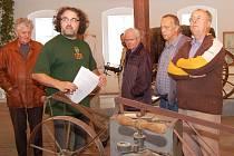 Expozicemi Chmelařského muzea v Žatci provázel Vladimír Valeš  (v zeleném).