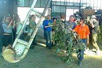 Takhle se po více než dvou týdnech práce radovali brigádníci z posledního štoku, přivezeného z pole na česačku v Ročově.