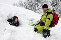 Záchranář pomáhá z laviny Lence Urbánkové, člence Sboru dobrovolných hasičů Žiželice, kterou právě nalezl a označil pejsek při cvičení v Klínech