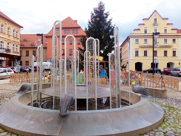 Na centrálním náměstí Svobody v Žatci je nově vánočně vyzdobená i kašna.