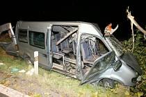 Po nárazu zůstali ve zničeném minibusu dva těžce zranění.