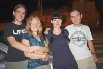 Štěpán Kotek, Petra Ullmannová, Eva Hájková a Michal Novák (zleva) naposledy zapózovali, nasedli do auta a vyrazili.