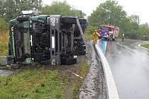 Převrácený kamion nad Žiželicemi.