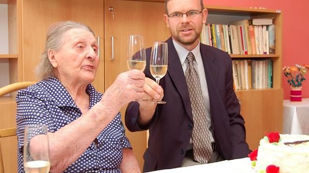 Jiřina Brožková si připíjí se starostou Loun Janem Kernerem.