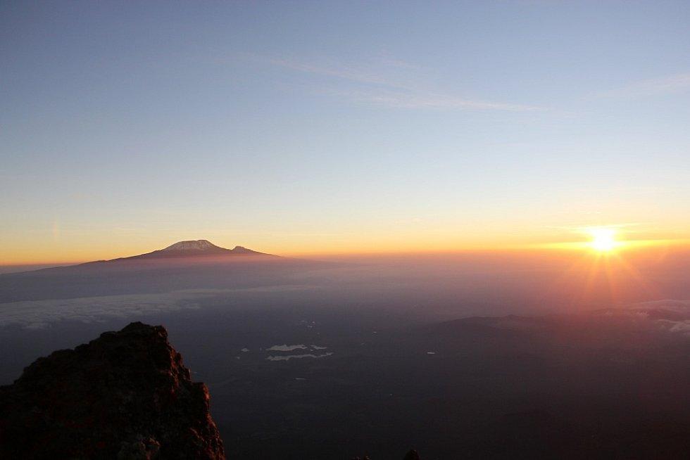 Masiv Kilimandžáro v záři vycházejícího slunce pohledem z vrcholu Mount Meru
