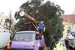 Vůz technických služeb přivezl velikána na Mírové náměstí