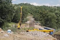 Stavba obchvatu Velemyšlevsi se za rok moc neposunula, stále se pracuje na základech budoucího mostu.