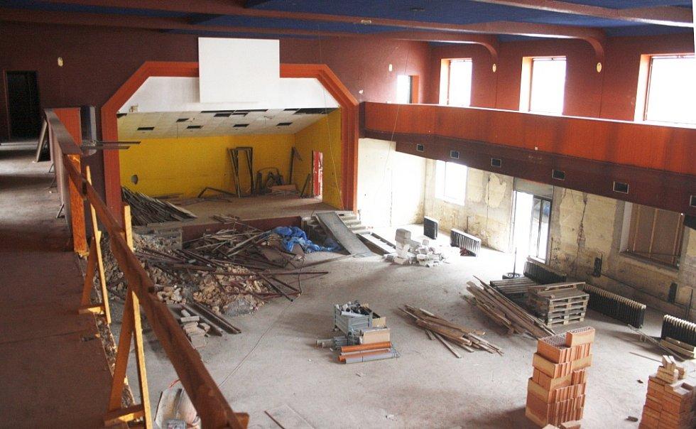 Tak v současné době vypadá hlavní sál s podiem. Pohled z balkonu