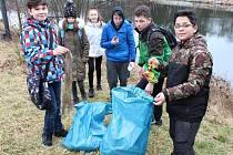 Školáci ze 6. třídy žatecké ZŠ 28. října se pustili do úklidu břehů řeky Ohře