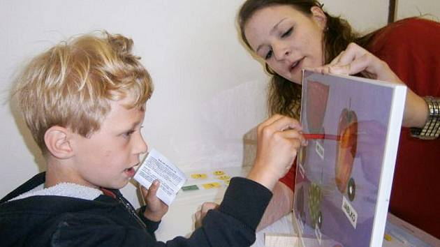 Práce s dítětem s poruchou autistického spektra v novém Centru Terapie Autismu v lounské ulici Osvoboditelů.