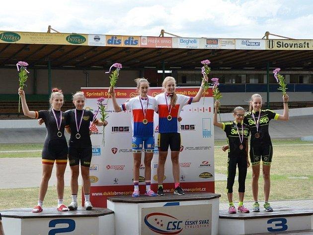 Tereza Prošková sBarborou Parmovou při závodě týmových sprintů na dráze vBrně. Vybojovaly třetí místo.