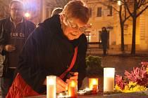 Lidé zapalovali svíčky u pomníku Jana Husa na Mírovém náměstí