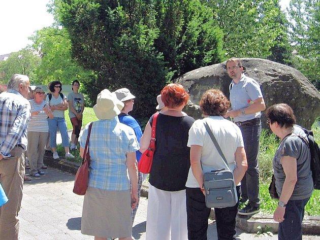 Účastníci výpravy z Loun  u tzv. Husova kamene v Kostnici.