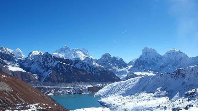 Výhled z osady Gokyo (4790 m.n.m.) na okraji ledovce Ngozumpa. V pozadí vrcholy Mt. Everestu, Cho Oyu (8217 m), Lhotse a Makalu