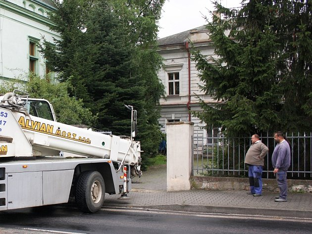 Jeřáb zajíždí do dvora bývalé lounské obchodní akademie. V srpnu se odtud stěhovala objemná socha
