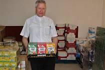 Marek Štěpán, farář v Liběšicích a předseda správní rady společnosti Džbánsko, s potravinami ve skladu banky v Dobříčanech.