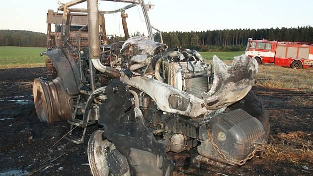 Požár traktoru a lisu u Drahonic