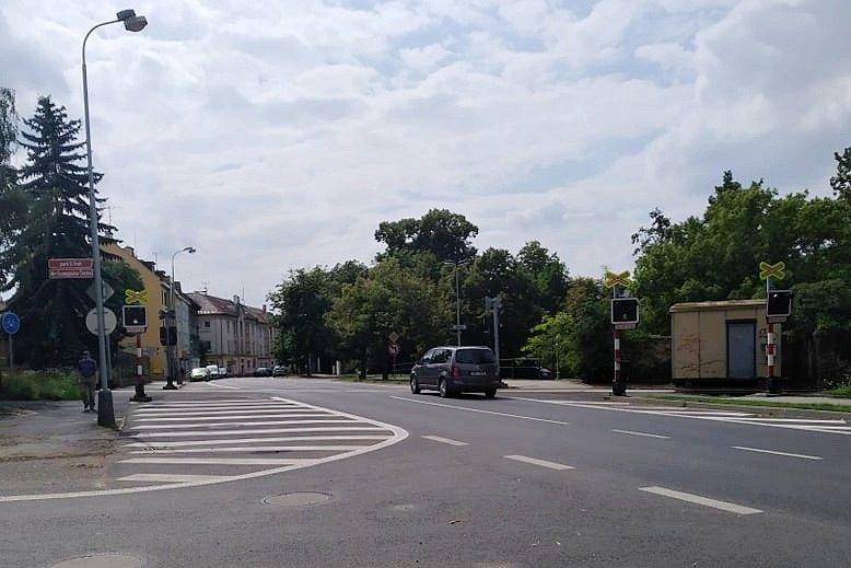 Železniční přejezd v Husově ulici v Lounech
