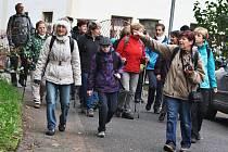 Turisté jdou kolem kostela sv. Petra a Pavla v Podbořanech