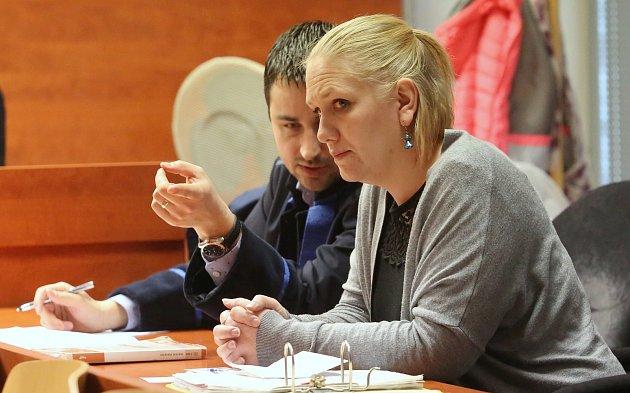 Za nedokonanou přípravu vraždy teď hrozí 35leté sanitářce Veronice P. zŽatce 12až 20let vězení. Obžalovaná vinu popírá.
