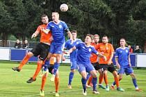 Fotbalisté Loun (v oranžovém) si vyšlápli na vedoucí celek soutěže a poslali ho domů se čtyřgólovým přídělem.