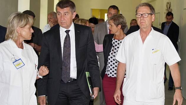 Ministr financí Andrej Babiš navštívil žateckou nemocnici. Zařízením ho provázel primář chirurgie Jiří Němec (vpravo)