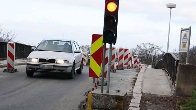 Most v lounské Říční ulici prošel nouzovou opravou. Doprava na něm je stále svedena do jednoho pruhu a řídí ji semafory.