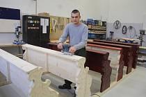 Odsouzení v Novém Sedle vyrobili lavice pro kapli v Čeradicích.