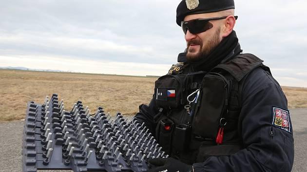 Policista ukazuje nové zastavovací pásy