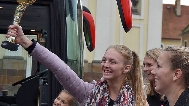 Postoloprtské mažoretky přivítaly doma v Postoloprtech desítky lidí.