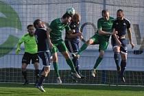Fotbalisté Dobroměřic (v modrém) zaskočili v okresním derby Slavoj Žatec.