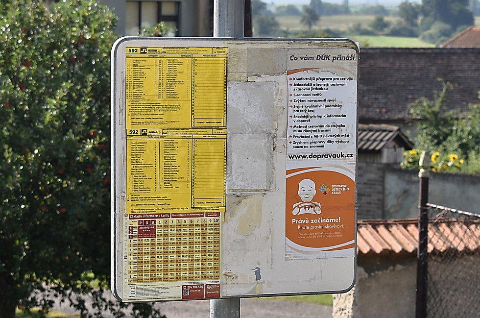 Úherce jsou součástí systému Pražské integrované dopravy, sedmkrát vpracovní dny přes ně jezdí autobus na lince mezi Slaným a Panenským Týncem. Tam se přestupuje do Loun.