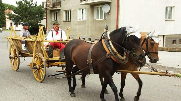 Po obci koně táhly žebřiňák