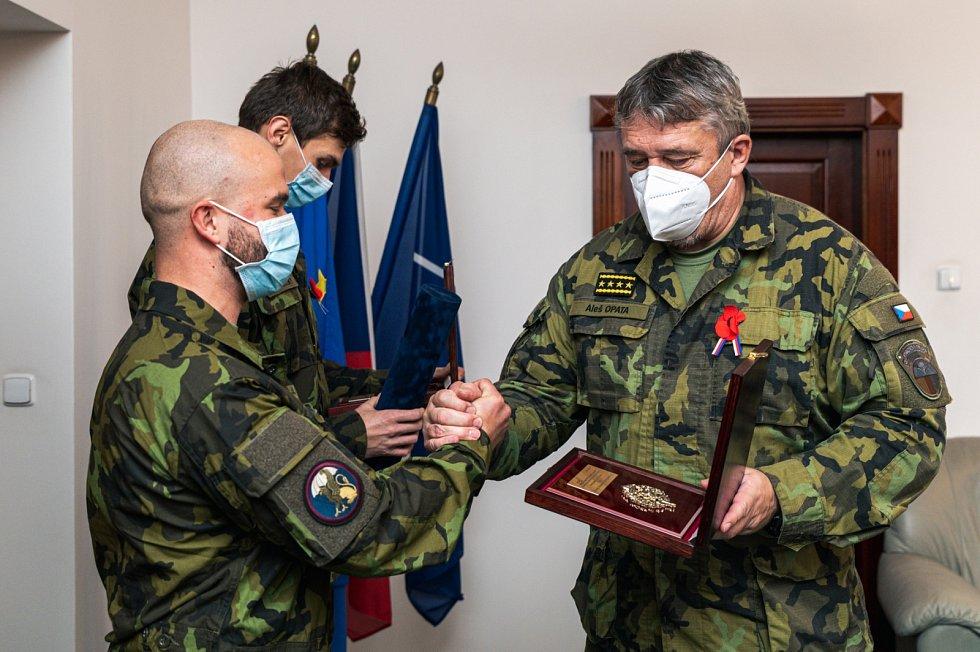 Armádní generál Aleš Opata ocenil desátníka Lukáše Humlíčka.